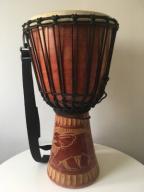 Djembe bęben afrykański rzeźbiony duży z paskiem