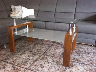 Stylowy stolik szklany z drewnianymi nogami