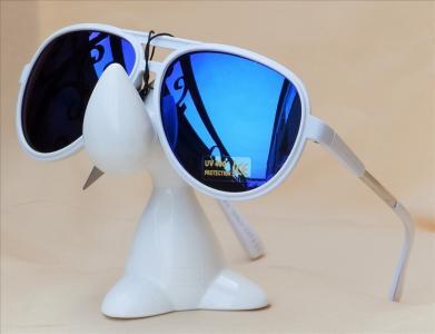 Okulary przeciwsłoneczne z białymi oprawkami i niebieskimi