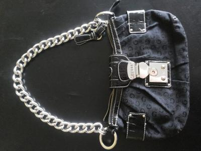 torebka czarna monogram GUESS łańcuch