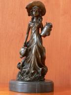 dziewczynka ogrodniczka - brąz rzeźba