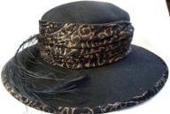Damski kapelusz z piórem strusia.Super.