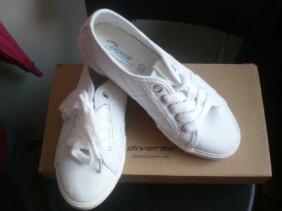 Buty białe firmy DIVERSE.
