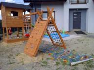 Plac zabaw ślizg piaskownica domek dla dzieci .