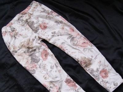 dresowe białe spodnie w kwiaty pastelowe kolory