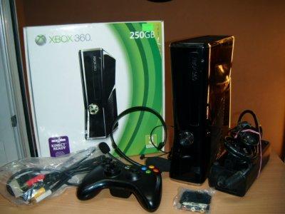KONSOLA XBOX  360 1439 250GB PAD