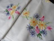 Śliczna serweta ręcznie haftowana 80x77