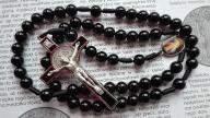 Czarny różaniec Jezus Miłosierny i Krzyż Benedykta