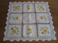 Piękny haftowany obrusik z koronką 84x84