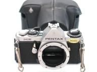 Pentax ME + futerał gotowy do fotografowania.