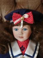 Kolekcjonerska lalka porcelanowa.