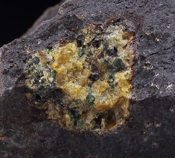 OLIWIN (PERYDOT) bomba oliwinowa w bazalcie /ah143
