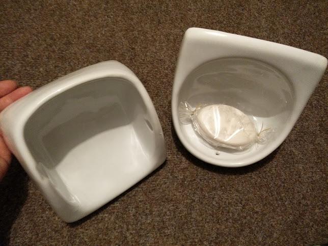 ceramiczna mydelniczka i uchwyt na papier z PRL