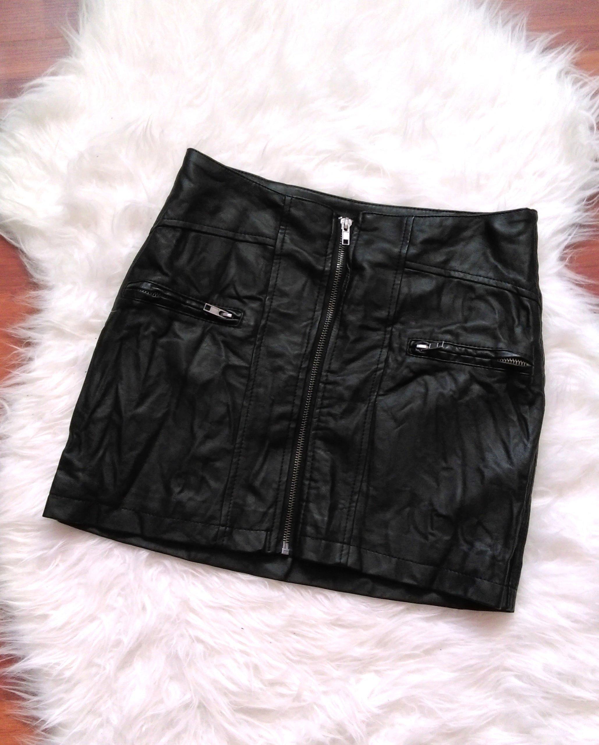 Czarna spódnica z eko skóry z zamkiem