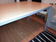 Stół biurowy z regulowaną wysokością poziomu