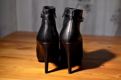 botki na szklanej szpilce