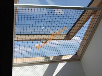 Zabezpieczenie okna dachowego przed upadkiem kota